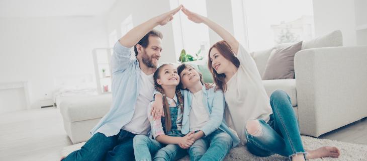 Image d'illustration représentant un couple et leurs deux enfants où les parents forment le toit d'une maison avec leurs mains