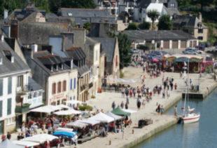 Photographie en contre-plongée du port de Saint-Goustan à proximité d'Auray dans le Morbihan sous un ciel ensoleillé