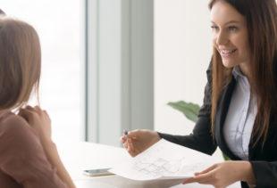 Image d'illustration représentant un promoteur immobilier souriant s'adressant à un couple