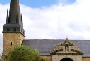 Photographie de l'église de Plescop sous un ciel nuageux