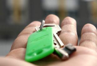 Image d'illustration représentant une main ouverte et tendue vers l'avant avec un trousseau de clés et un porte-clés vert