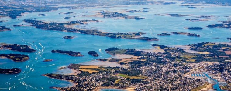 Photographie aérienne du Golfe du Morbihan où est basé Immo Golfe Bretagne