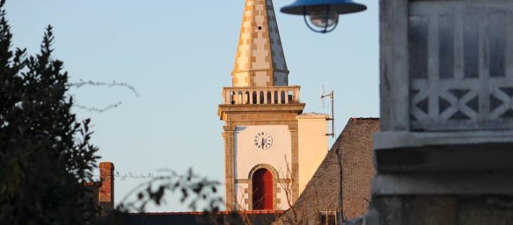 Photographie du clocher de la ville de Damgan