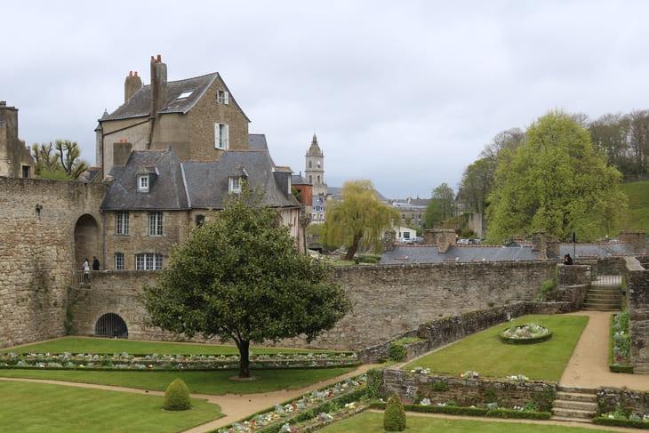 Les remparts de Vannes sous un ciel nuageux dans le département du Morbihan