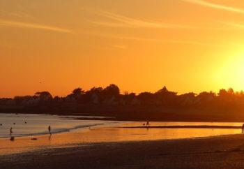 Photographie d'un coucher de soleil sur la plage de Damgan